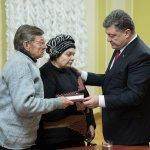 Порошенко вручил орден Героев Небесной Сотни родителям Михаила Жизневского
