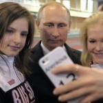 Путин поздравил чемпионов юношеской Олимпиады и сделал с ними селфи