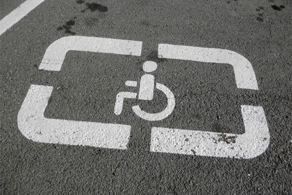 парковк а на местах для инвалидов
