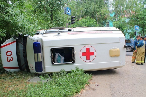 перевернулась машина скорой помощи