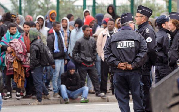 бороться с мигрантами