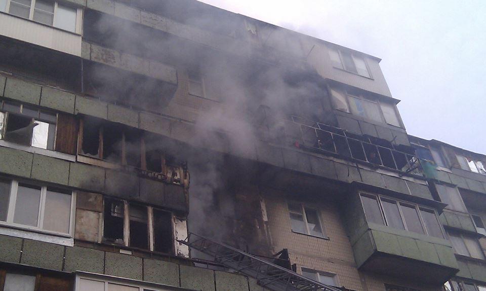 ребенка эвакуировали из горящей квартиры через окно