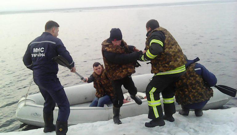 спасли двух рыбаков