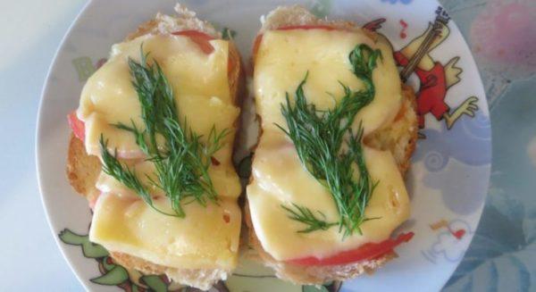 Приготовление бутербродов с помидорами