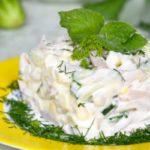 Салат из кальмаров с курицей и огурцами