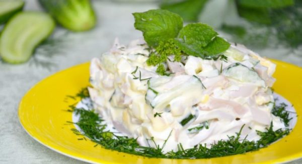Как приготовить салат из кальмаров с курицей