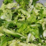 Салат из пекинской капусты с зеленью и сметаной